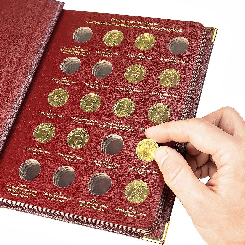люди занимаются коллекционированием монет